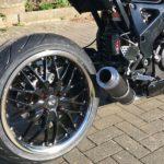 Barracuda Voltec T6 auf einem custom bike